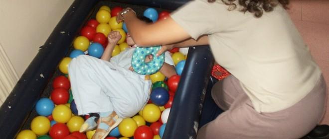 Niño en una cama de bolas
