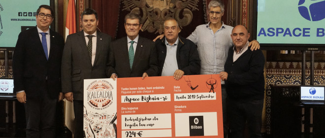 El alcalde de Bilbao entrega a Aspace Bizkaia la recaudación obtenida en la última edición del festival Bilboko Kalealdia